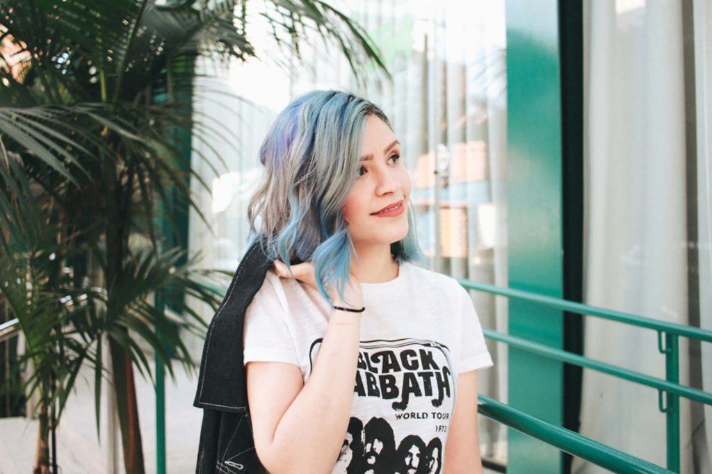 Jess Vieira com cabelo colorido