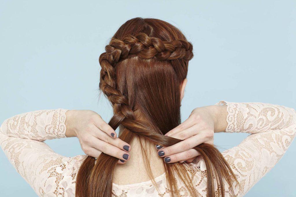 modelo com cabelo ruivo ilustrando o tutorial sobre penteado flor de trança