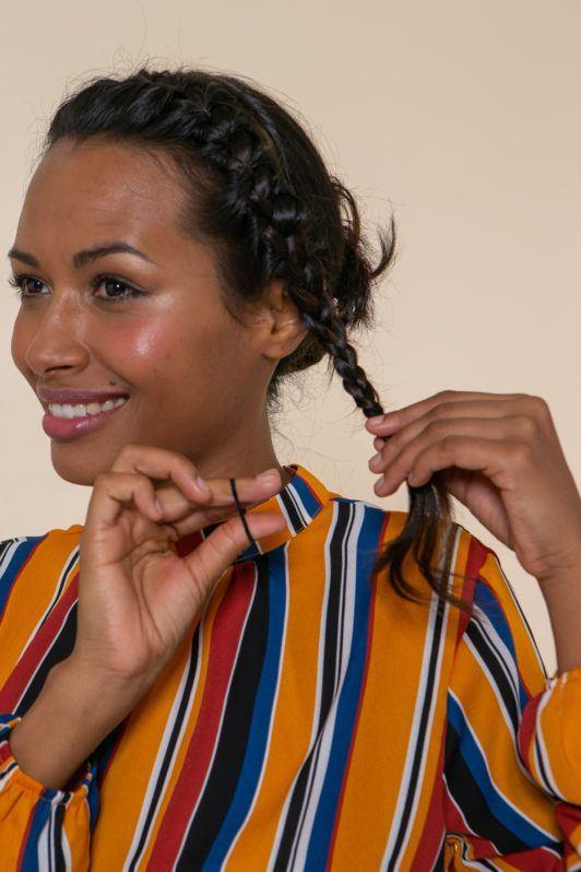 Modelo finaliza a trança para trança tiara embutida