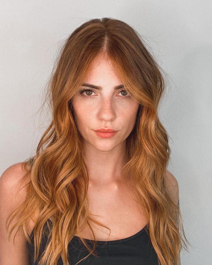 a influenciadora karol queiroz com cabelo ondulado ruivo