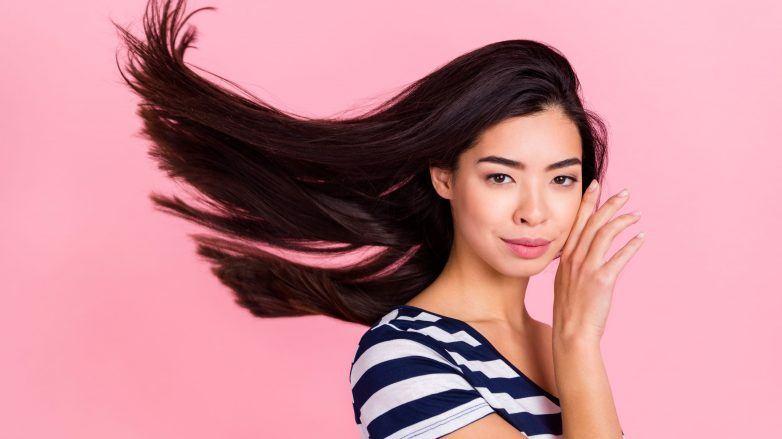 mulher com cabelo castanho longo em movimento