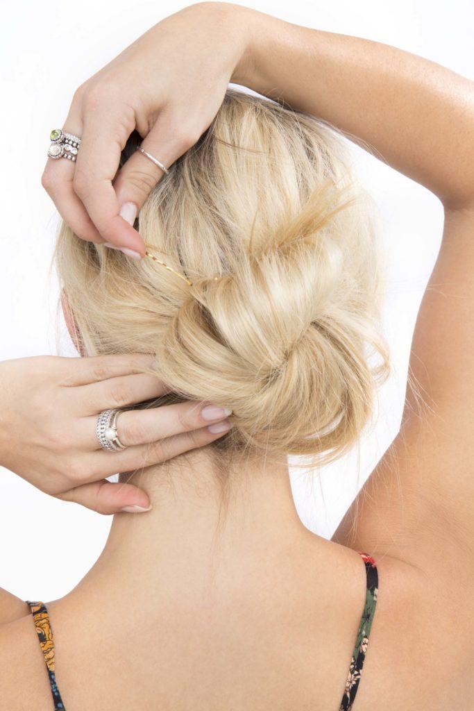 modelo usando um coque bagunçado para cabelo longo