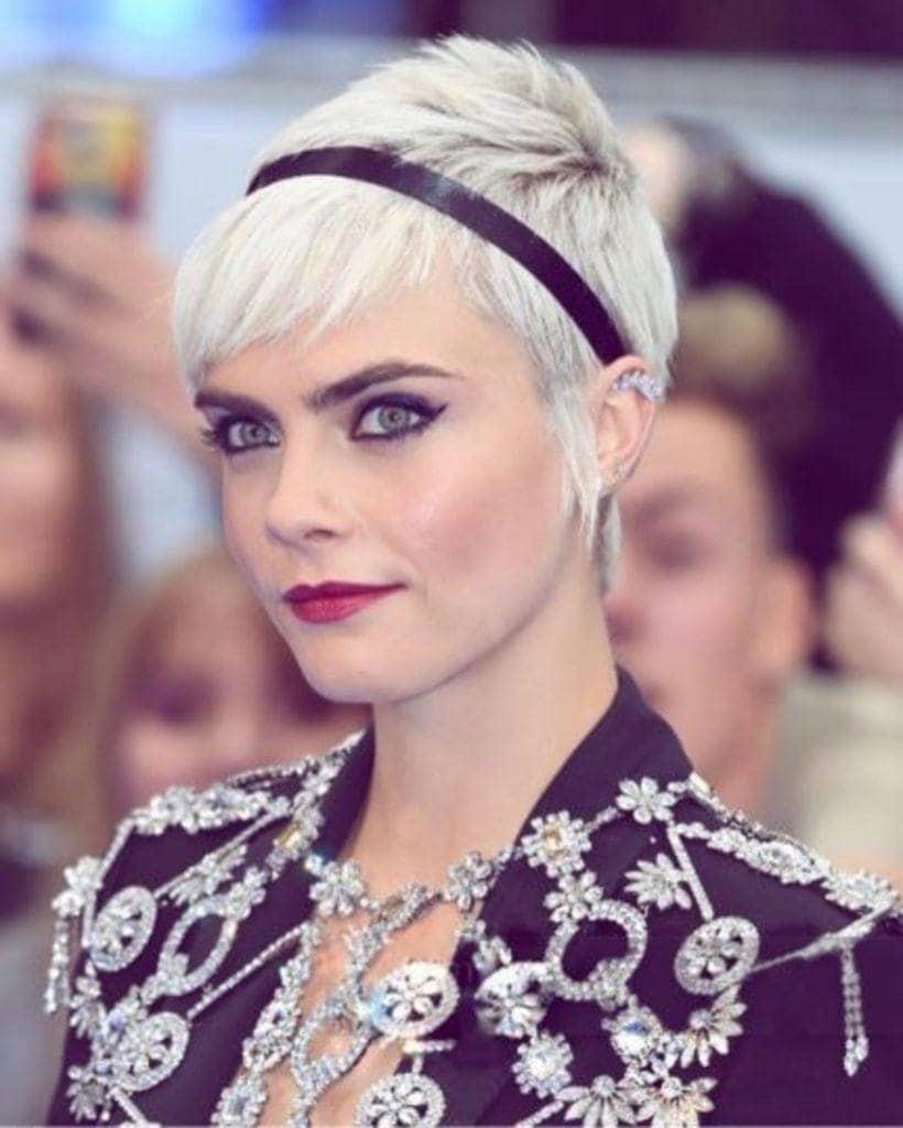 modelo de famosas com cabelo cinza