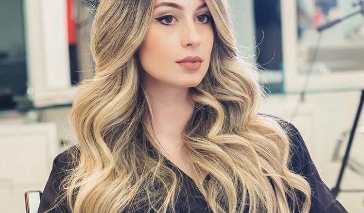 modelo de cabelo longo, loiro e com ondas.