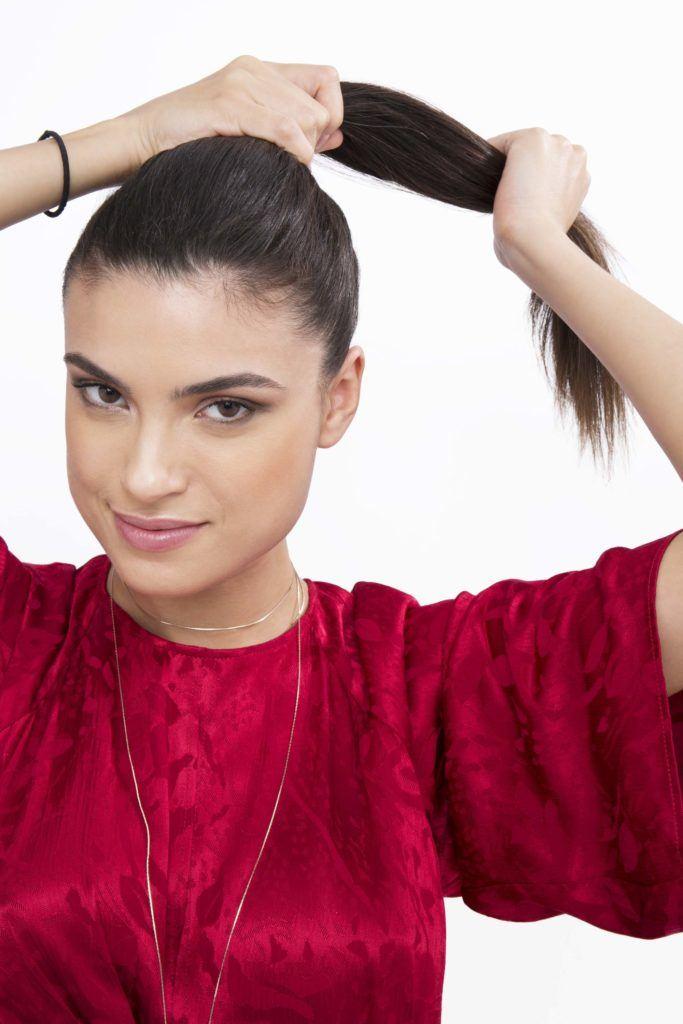 modelo ilustra tutorial sobre ondular cabelo com meia