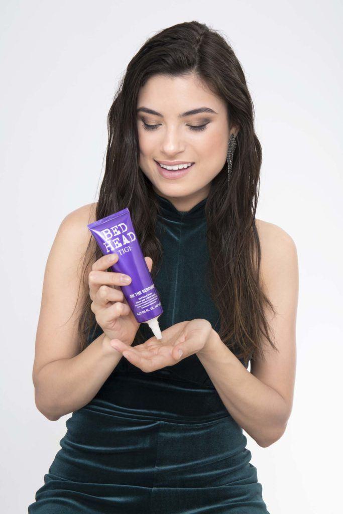 modelo ilustrando matéria sobre cachear cabelo ondulado com secador