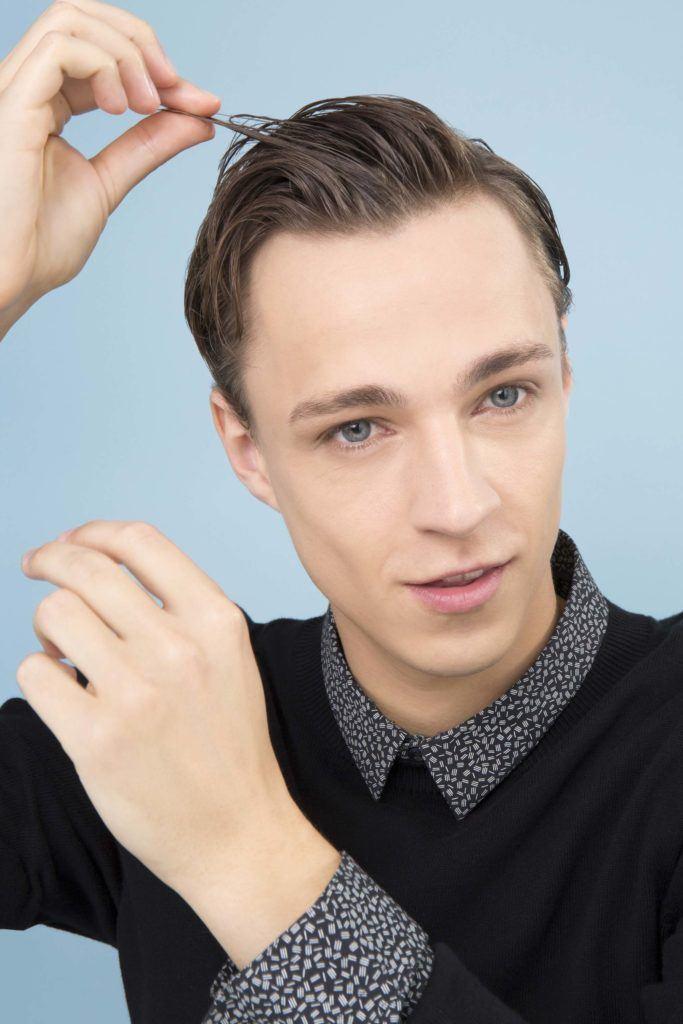 modelo ilustra matéria sobre pomada no cabelo masculino