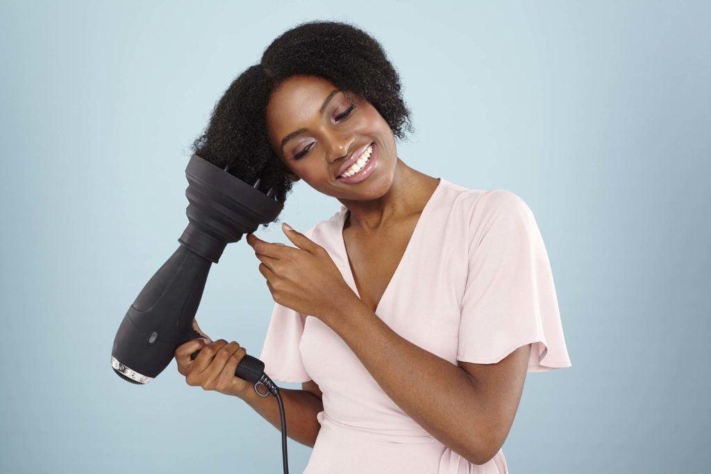 modelo ilustra a matéria sobre como secar cabelo crespo com secador