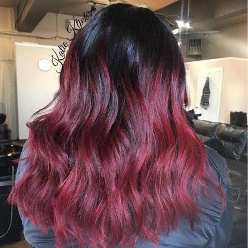 modelo de cabelo cor de vinho quente