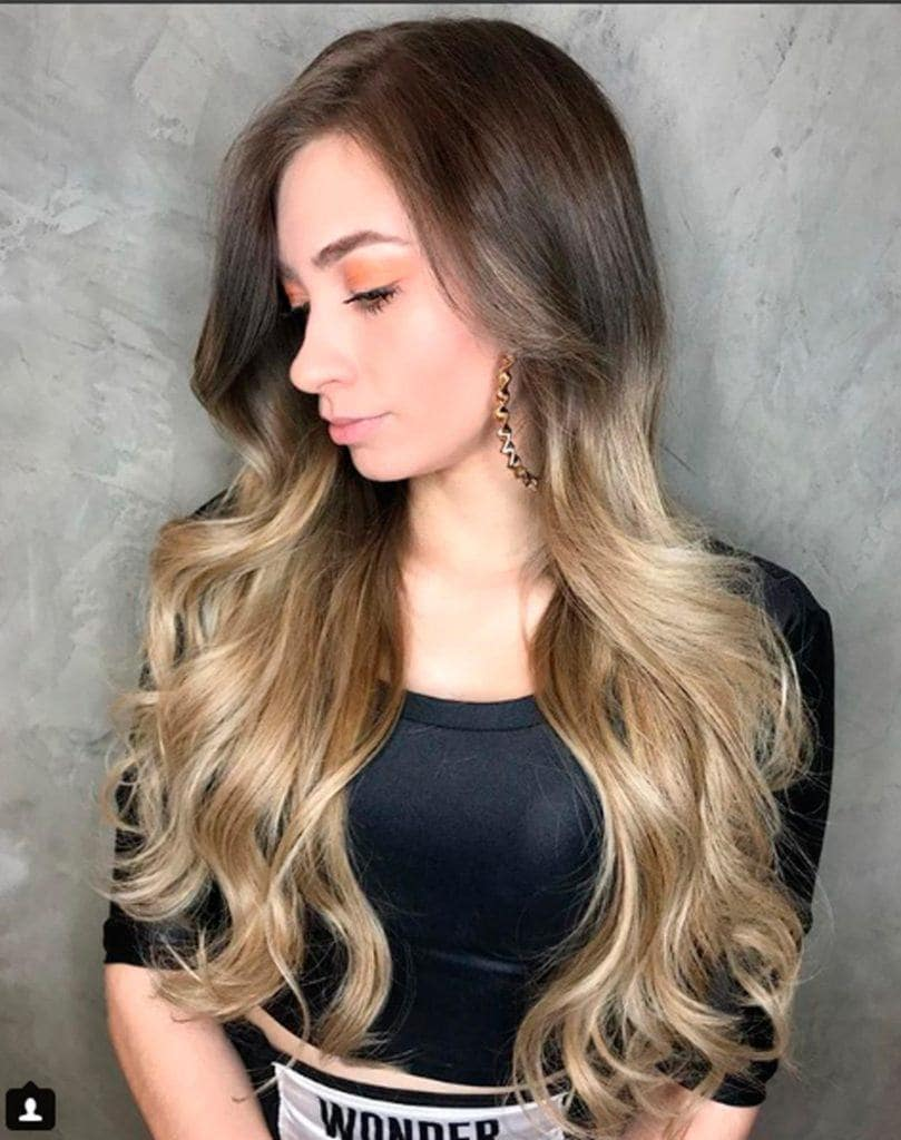 youtuber Luiza Gomes com cabelo superlongo e loiro