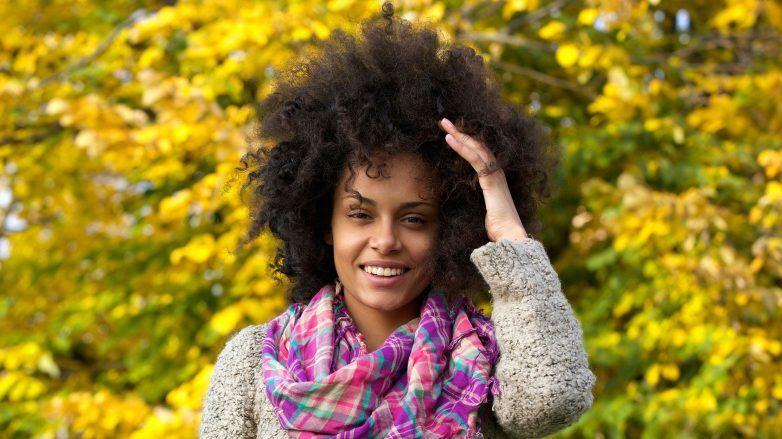 Mulher com cabelo crespo no estilo black power
