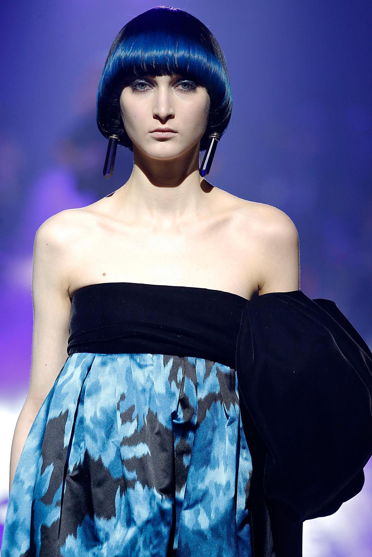 Mulher com cabelos lisos curtos e azuis