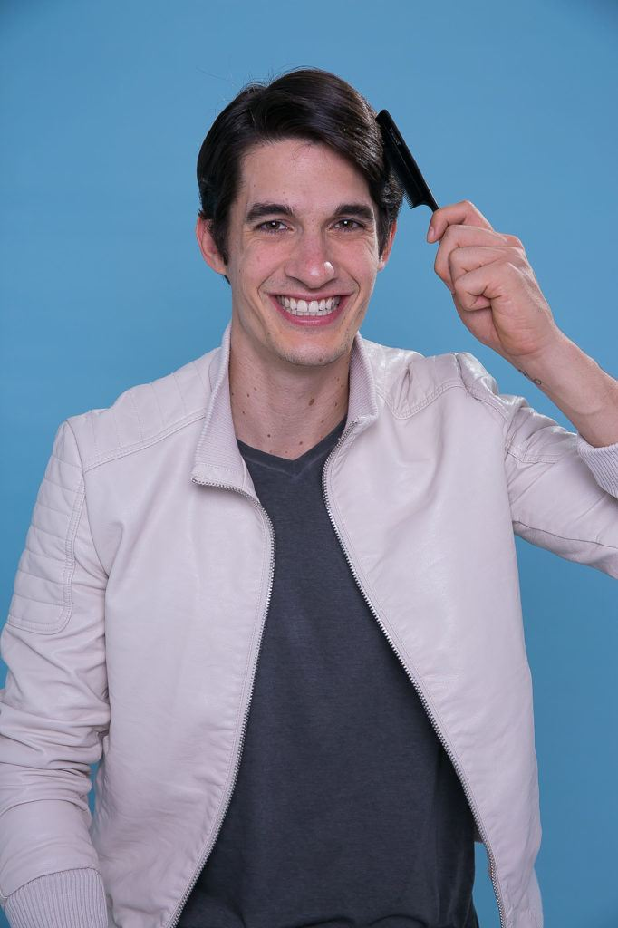 modelo com cabelo curto ilustrando como reduzir o volume do cabelo masculino