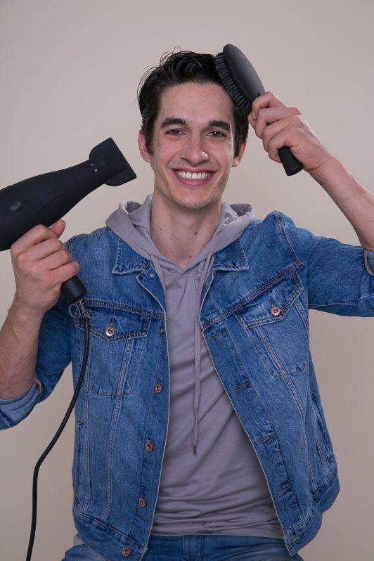 modelo ilustrando matéria sobre como usar pomada no cabelo masculino