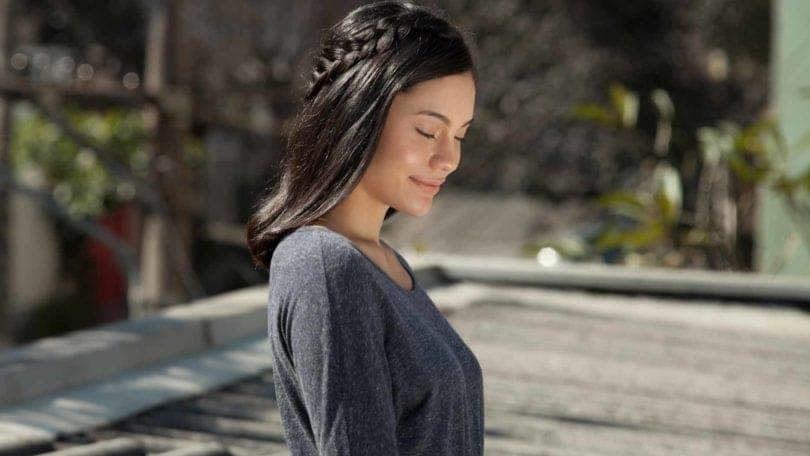modelo usando um dos penteados de princesa