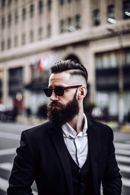 Homem com cabelos pretos raspados na lateral