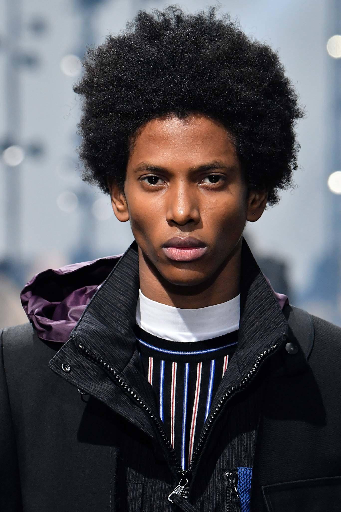 Homem com cabelo afro