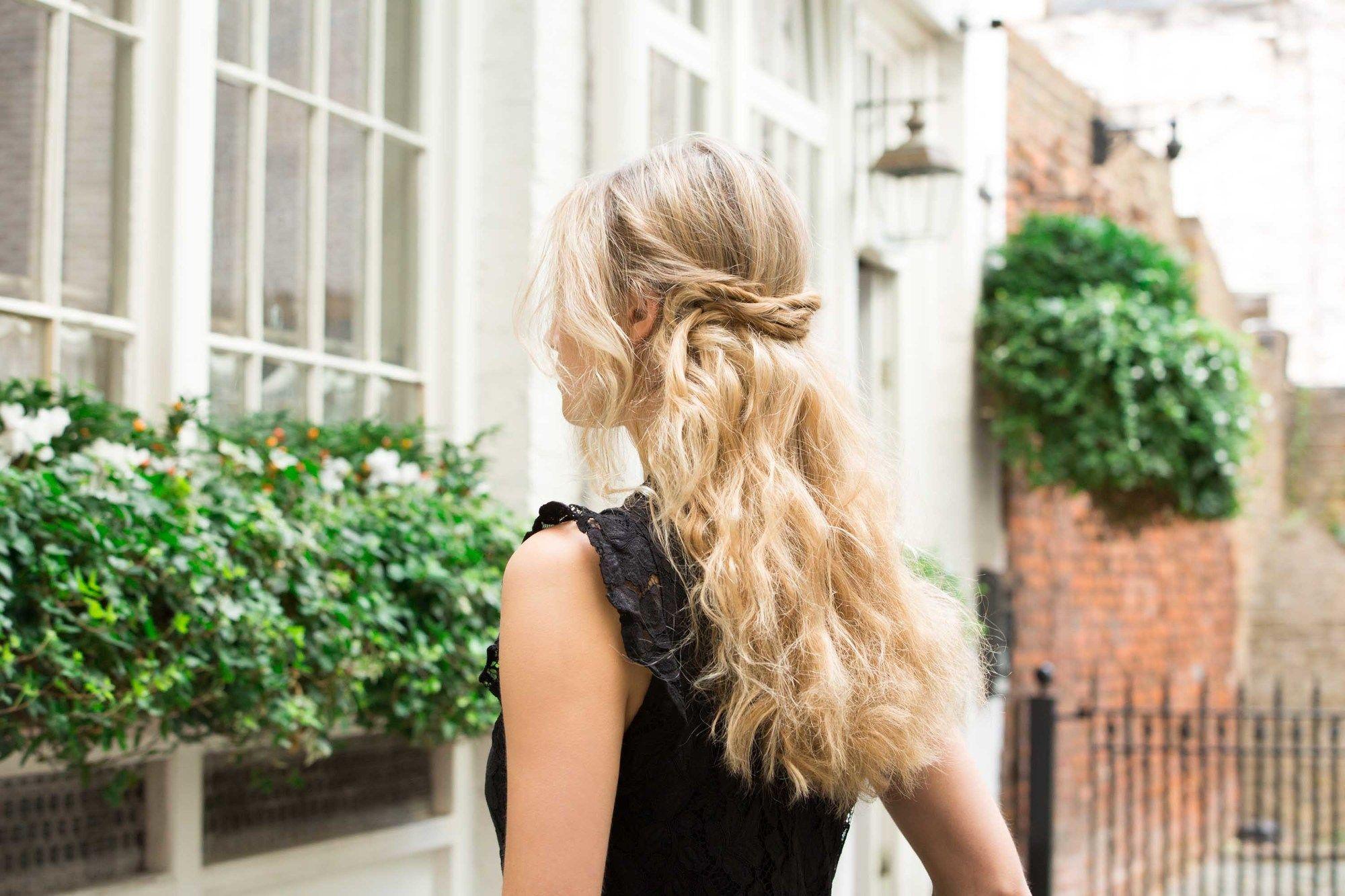 modelo com um dos penteados para cabelos oleosos