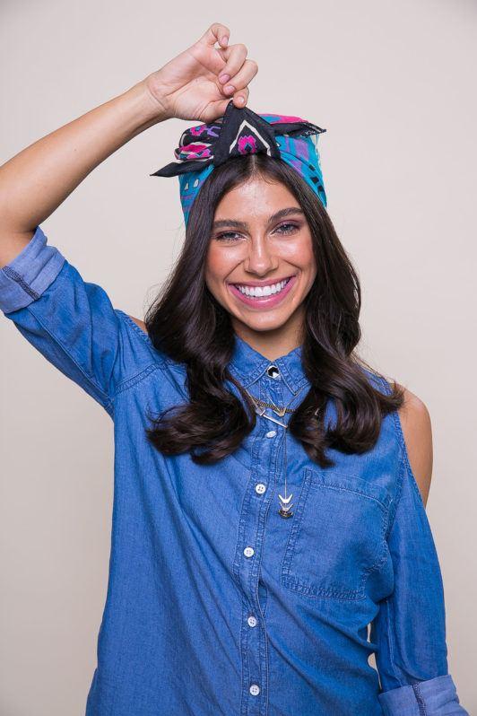 modelo ilustrando matéria sobre como usar lenço no cabelo solto