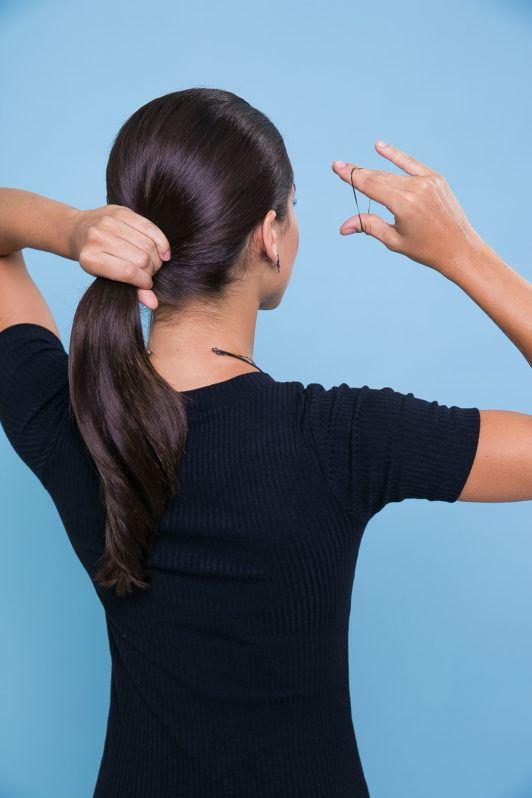 modelo usando coque com lenço no cabelo