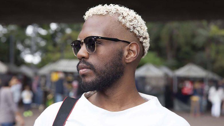 Homem com cabelo crespo masculino platinado