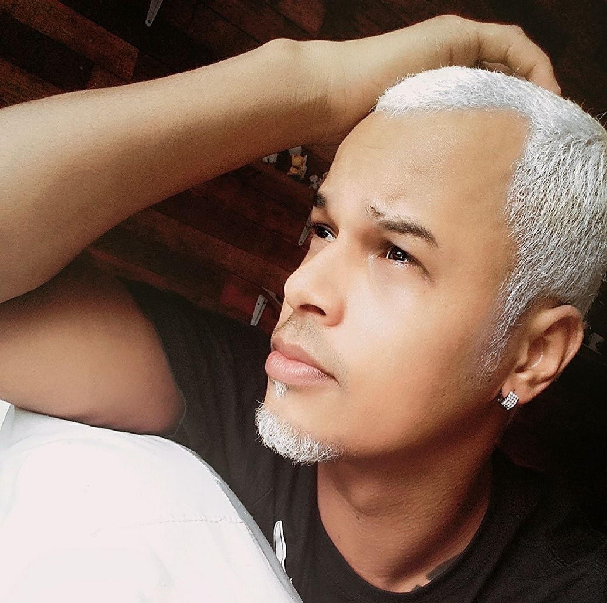 Cabelo crespo masculino platinado