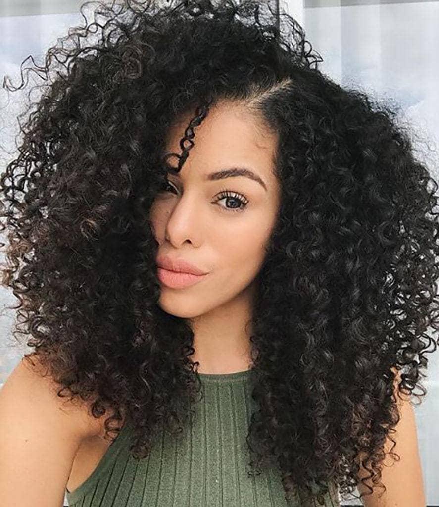 Rayza Nicacio com cabelo cacheado longo
