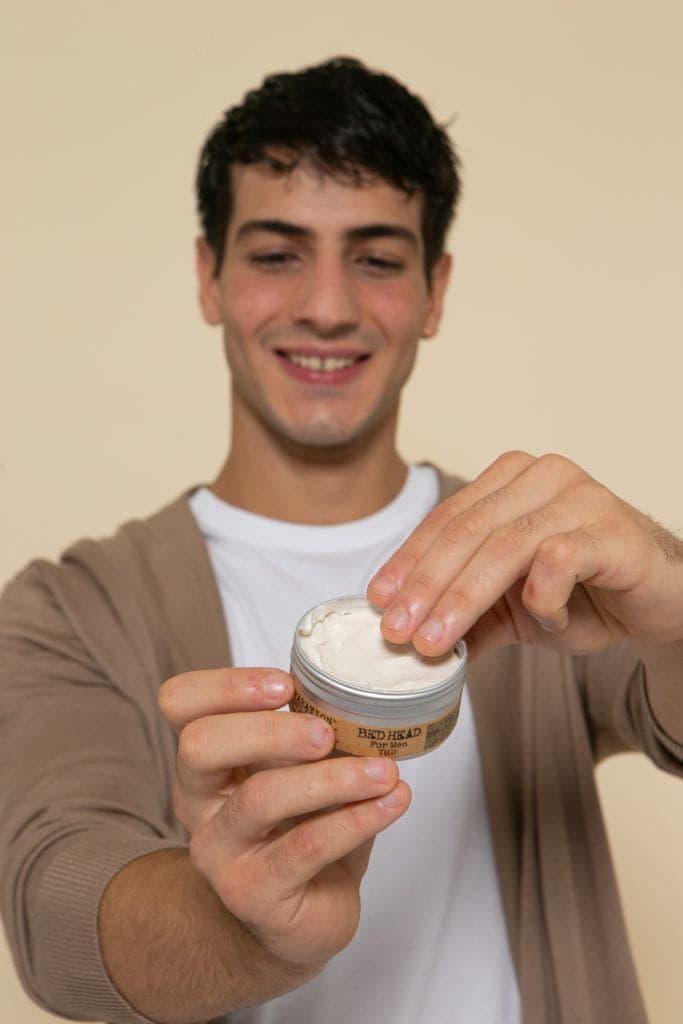 Modelo com pomada para ensinar como secar cabelo masculino