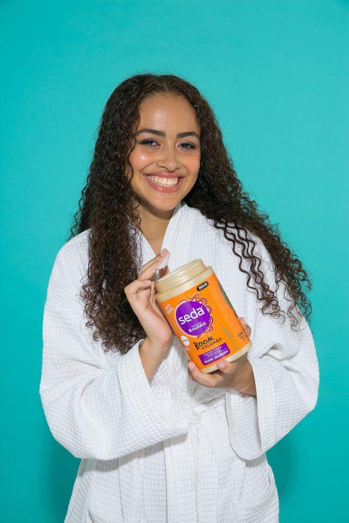 Aplicação de creme para pentar em cabelo cacheado