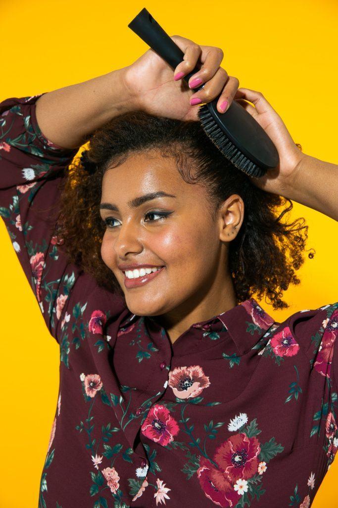 Escovando lateral do cabelo de cabelo cacheado