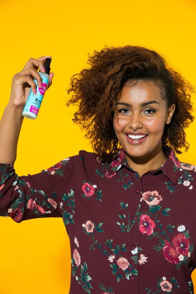 Aplicação de spray Seda em cabelo cacheado