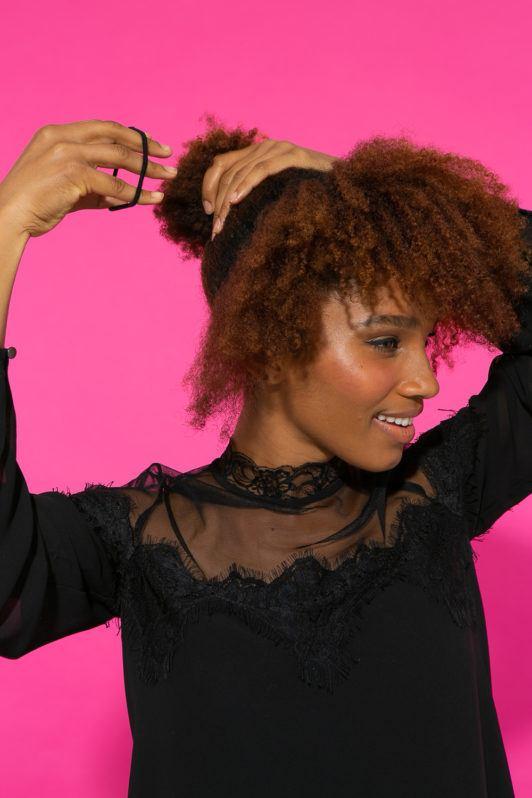 Preparação de cabelo afro amarrando rabo de cavalo