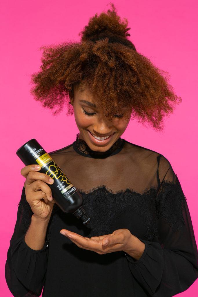 Preparação de cabelo afro com creme de pentear