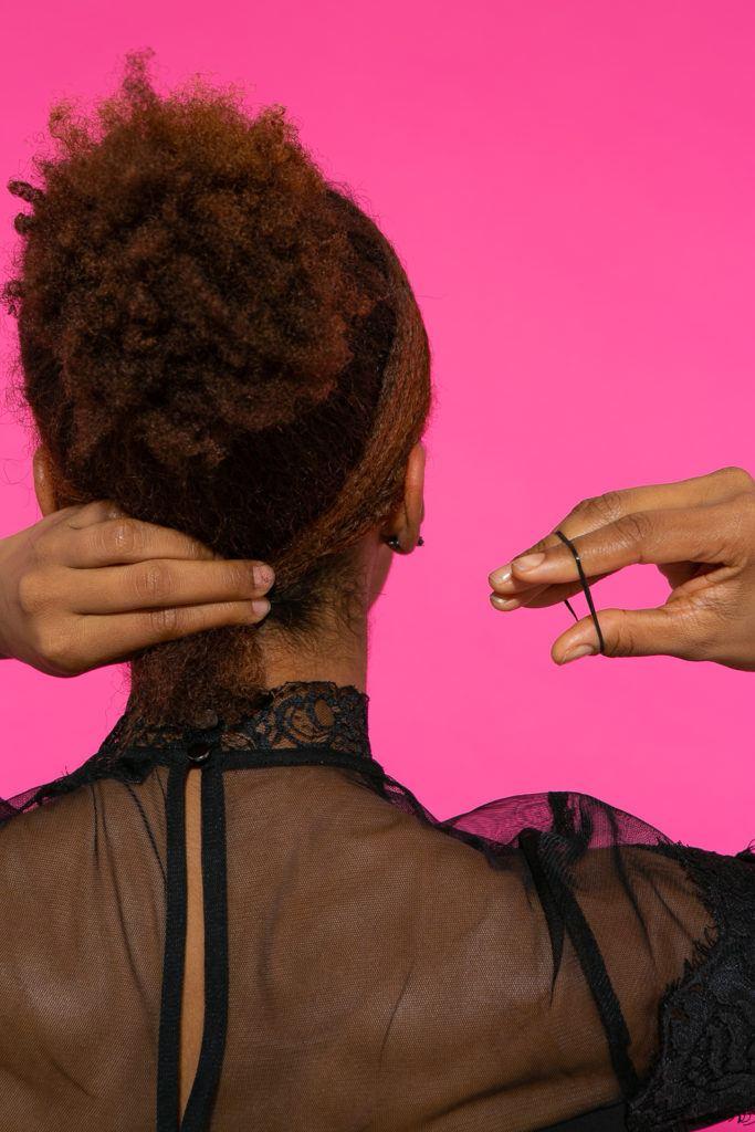 Preparação de cabelo afro amarrando a franja na parte de trás
