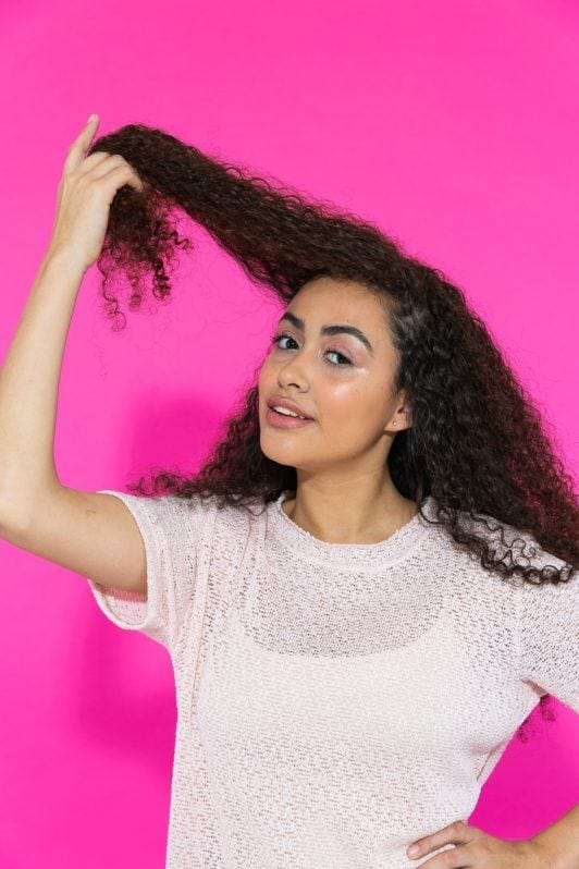 Separação de cabelo cacheado longo