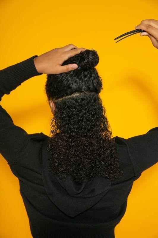 Separação de cabelo crespo molhado