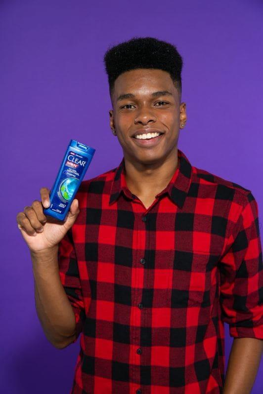 Demonstração de shampoo masculino para cabelo crespo