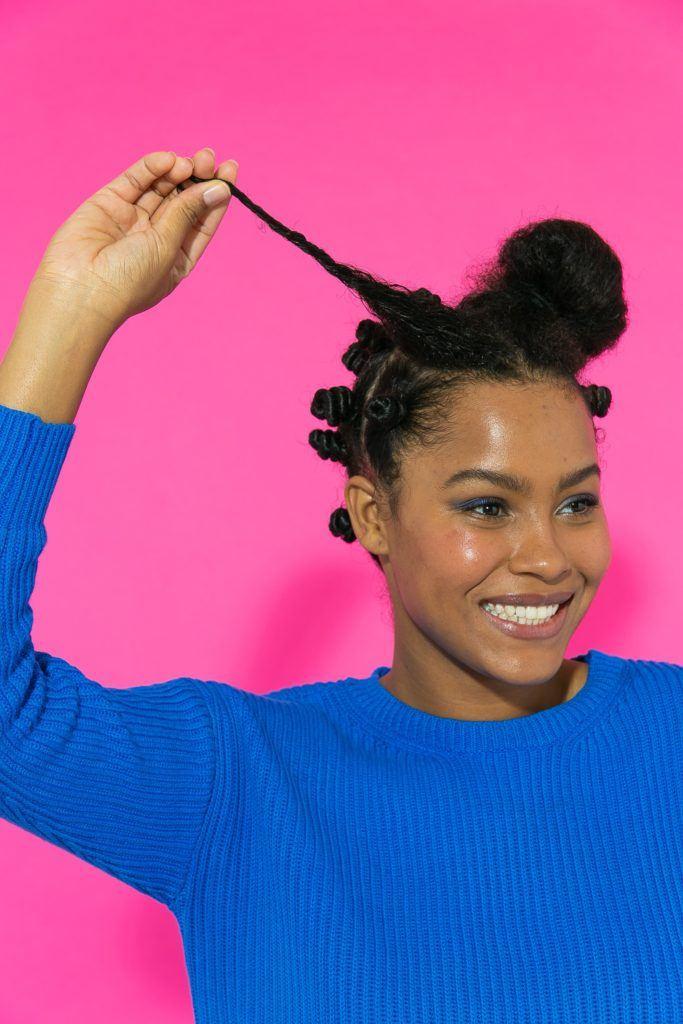 Preparação de coquinhos no cabelo crespo