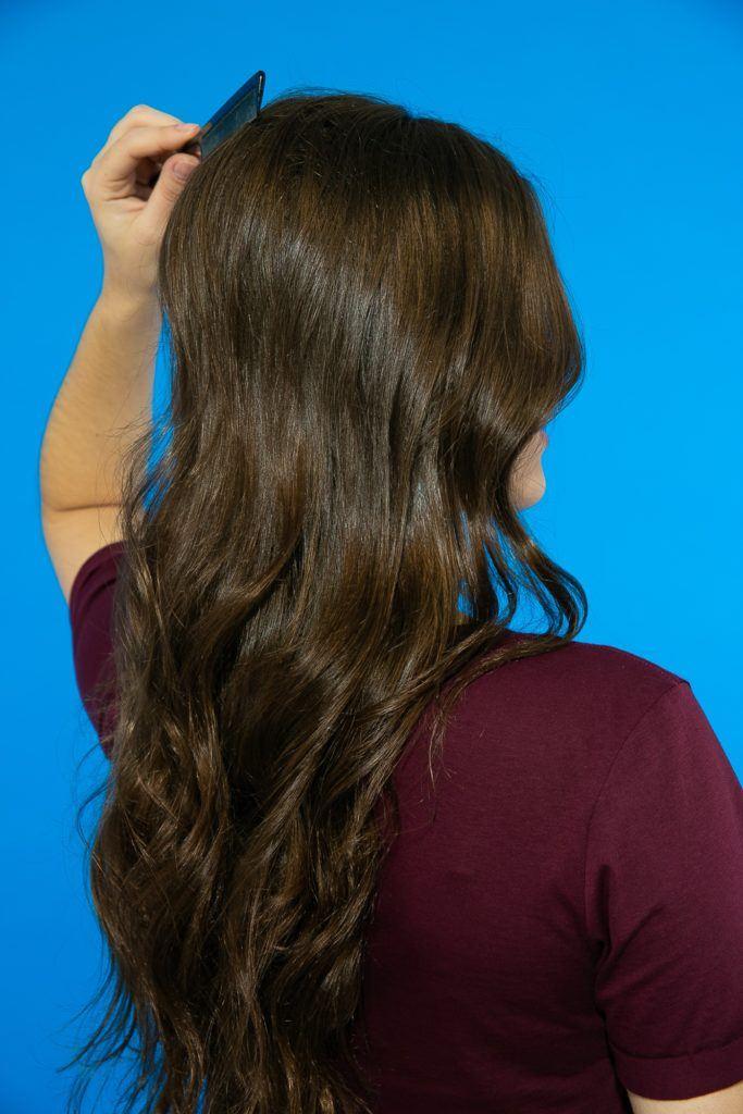 Mecha em cabelo liso sendo penteada para fazer volume