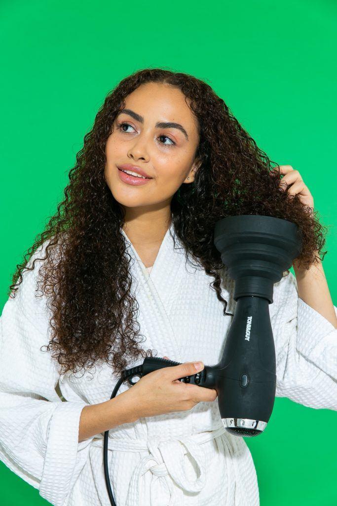 cabelo crespo cacheado longo sendo seco com difusor