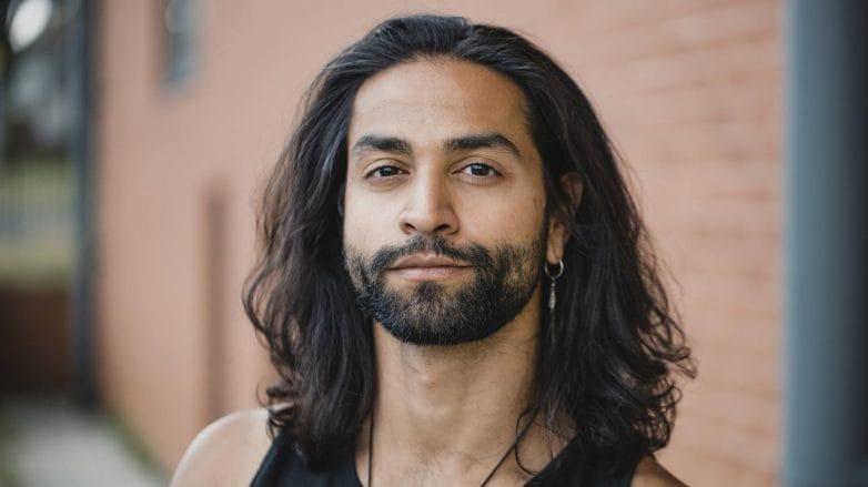 Modelo com os cabelos longos, lisos e pretos