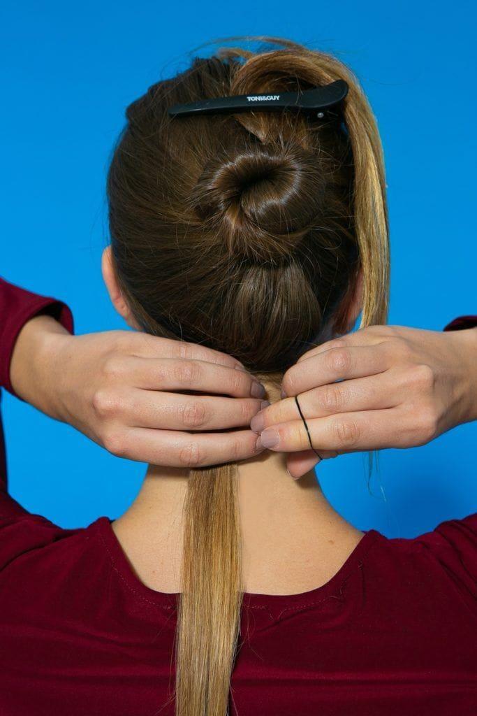mechas frontais sendo presas por baixo do cabelo
