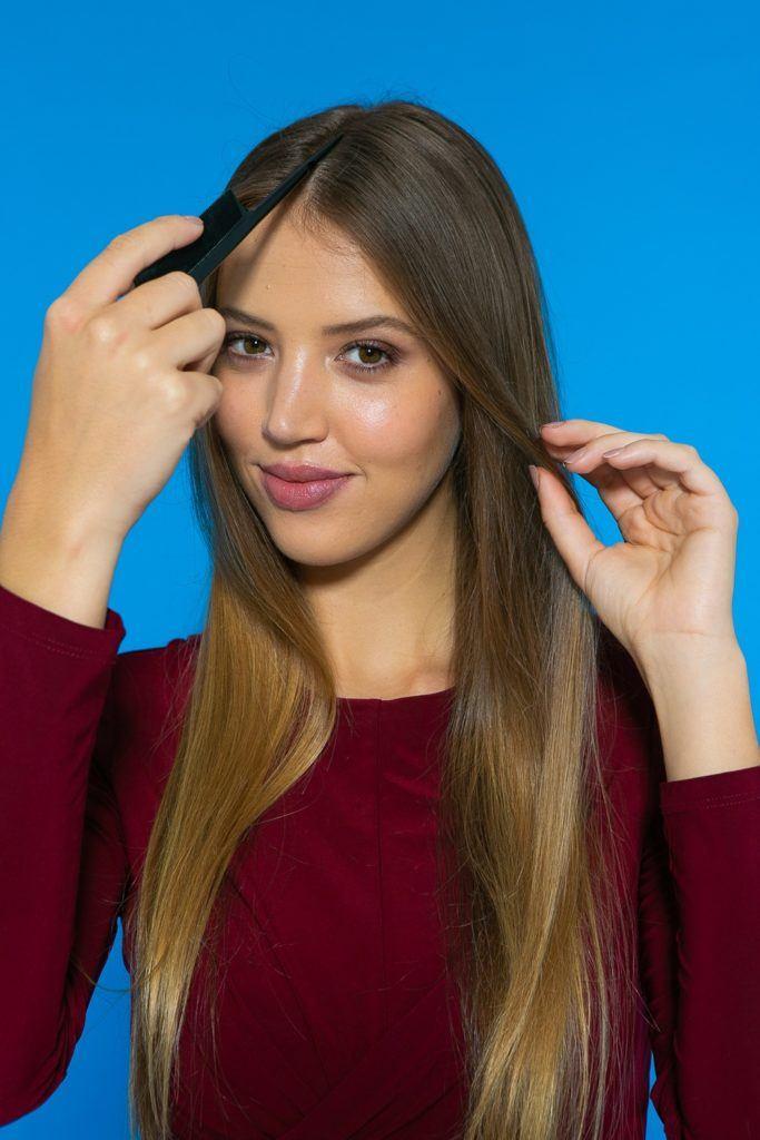 cabelo liso solto sendo dividido ao meio