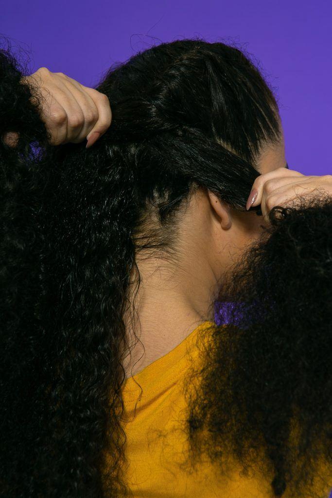 cabelo crespo cacheado sendo trançado