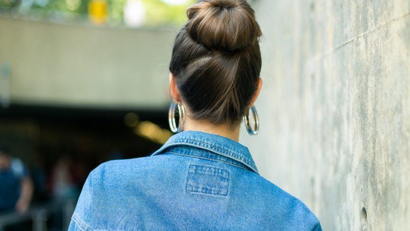 cabelo liso com coque e mechas transpassadas