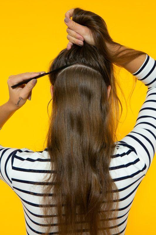 cabelo liso sendo separado em suas partes