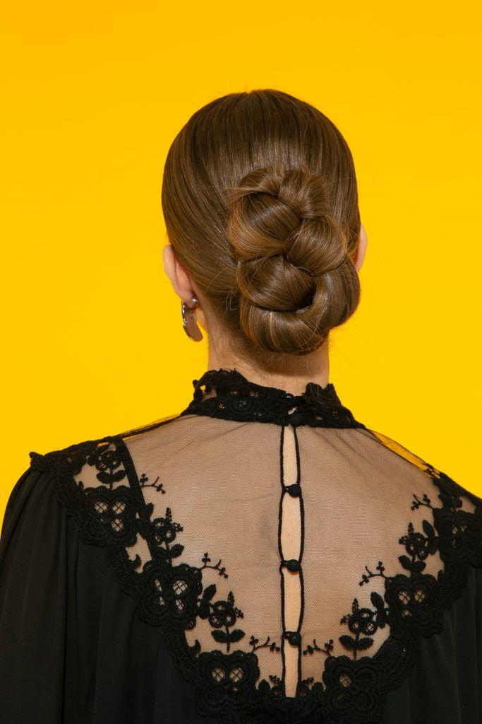 cabelo liso com coque vertical trançado