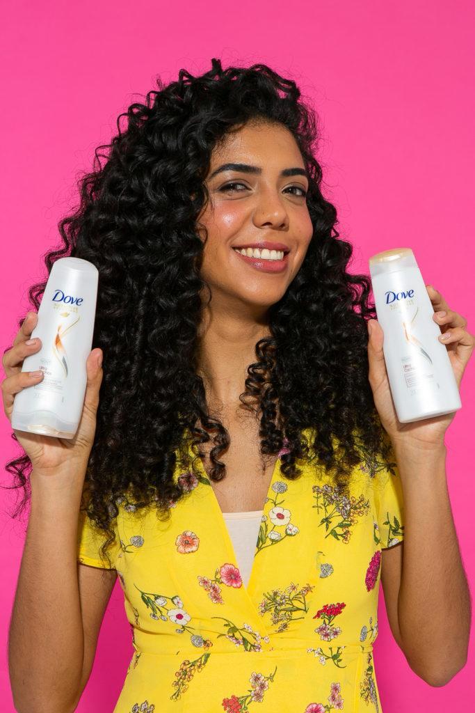 Demonstração de produtos Dove para preparação do penteado