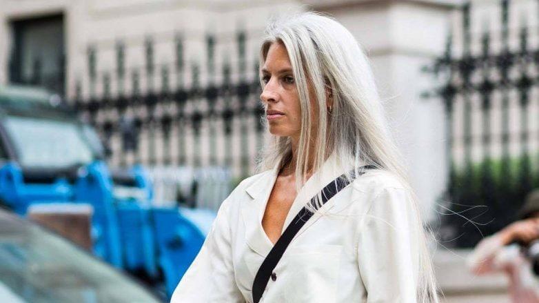 Mulher com cabelo branco loiro