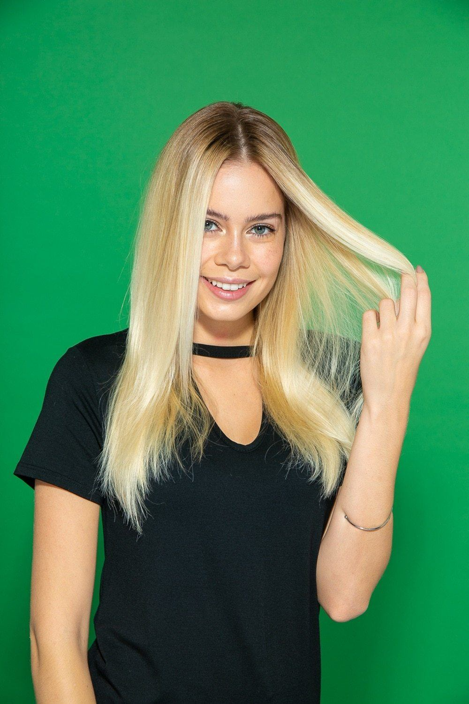 Modelo com cabelo loiro comprido